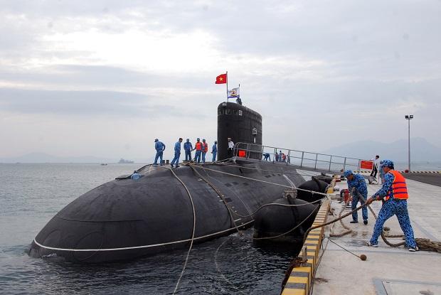 Tàu ngầm 182- Hà Nội chuẩn bị rời bến huấn luyện trên biển. Ảnh Trọng Thiết