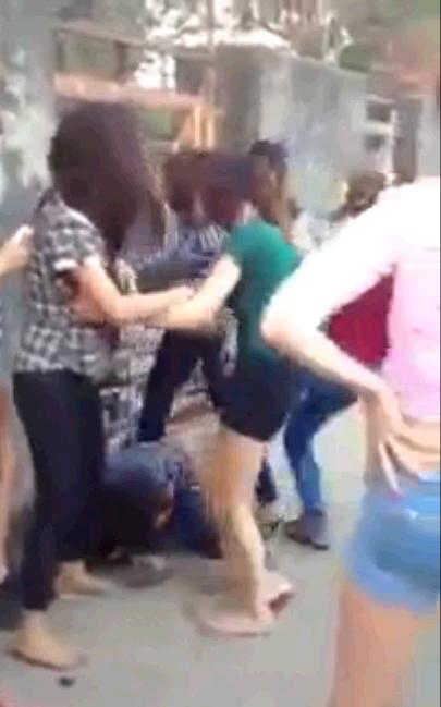 Cô gái bị một nhóm đánh đập không thương tiếc (Ảnh cắt ra từ clip)