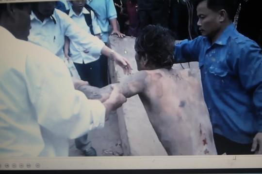 Nam thanh niên bị ngao đá được người dân giải cứu ra khỏi đường ống thoát nước.