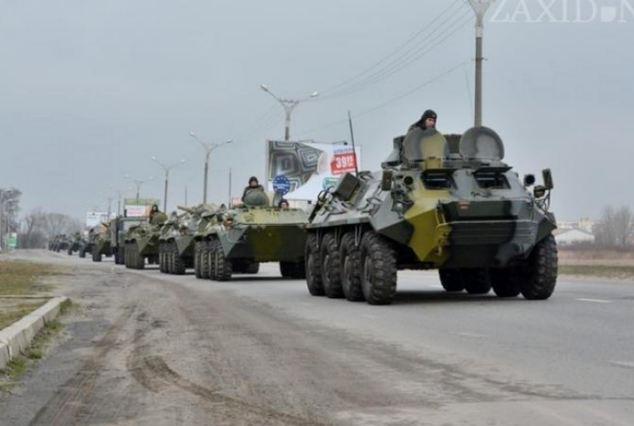 Các xe bọc thép chở quân của Nga được nhìn thấy gần Rostov (Nga), giáp biên giới Ukraine. Ảnh: Daily Mail