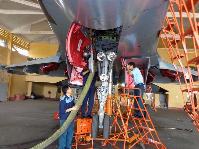 Nhân viên kỹ thuật mặt đất kiểm tra điều kiện máy bay, tiếp dầu