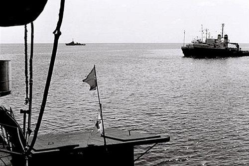 Phía xa, trên góc trái ảnh là tàu chiến Trung Quốc luôn lượn lờ rình rập.