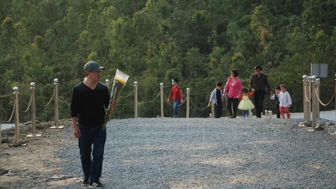 Những gia đình trên đường về quê ăn tết cũng tranh thủ ghé qua thắp hương cho Đại tướng