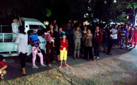Rất đông nhân dân tập trung tại trụ sở công an phường Láng Thượng tối 5/5/2014