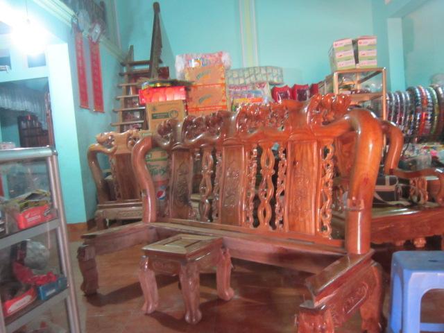 Bộ bàn ghế bị phá hỏng sau vụ nổ.