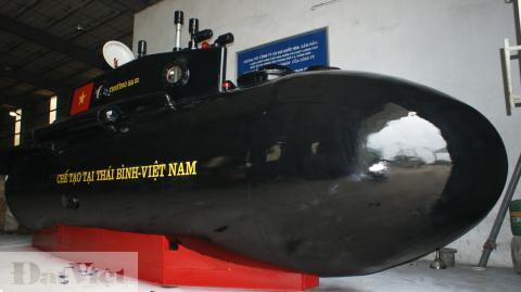 Tàu ngầm Trường Sa sơn đen, vẽ quốc kỳ, ghi nơi chế tạo ở Thái Bình, nhưng đang đứng trước nguy cơ nếu có được thử cũng phải mang sang tỉnh khác