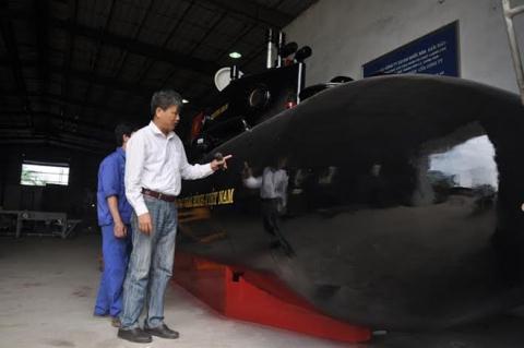 Ông Nguyễn Quốc Hòa bên tàu ngầm Trường Sa 1