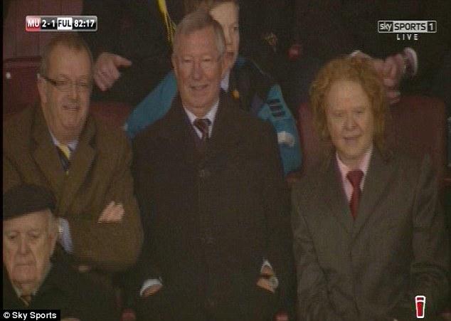 Sir Alex và người bạn ca sỹ Hucknall (phải) cười khá tươi khi Man United vươn lên dẫn trước
