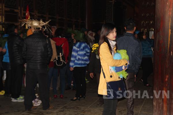 Trong khi nhiều người rất trang nghiêm, thì có cả đoàn vẫn hiên ngang đội mũ bên trong chùa.