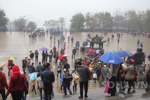 Dù mưa rét nhưng số lượng người dân đổ về đây để dâng hương không hề giảm