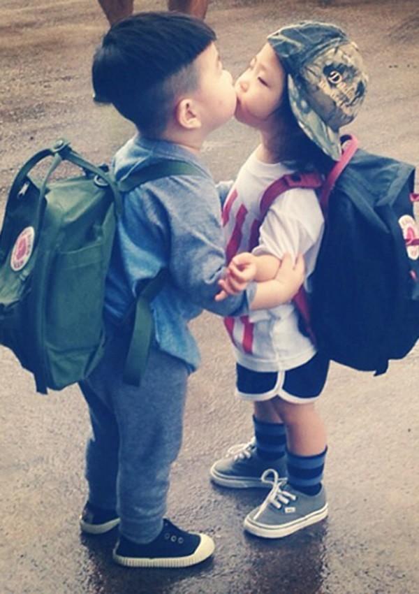 Bức ảnh đáng yêu của cậu bé cùng em gái.