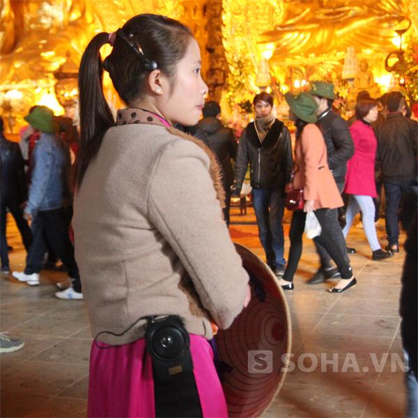 Những hướng dẫn viên rất chỉnh tề, nghiêm trang, ngả nón khi bước qua cửa chùa vào bên trong.