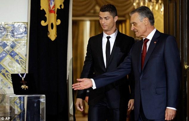 Thủ tướng BĐN, Anibal Cavaco Silva, đích thân giới thiệu về huy chương chứng nhận hội viên Order of Prince Henry cho CR7
