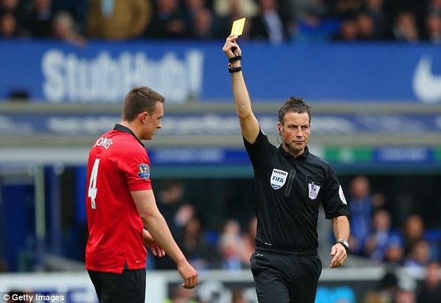 Phil Jones mắc sai lầm khiến Man United phải chịu penalty