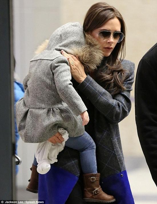 Thời tiết New Yord đang vô cùng lạnh, vì thế dù được trang bị quần áo ấm, mũ trùm kín đầu nhưng Harper vẫn co ro trong vòng tay mẹ.