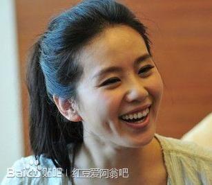 Với đôi má lúm đồng tiền sâu khiến nụ cười của ngọc nữ càng tỏa sáng hơn.