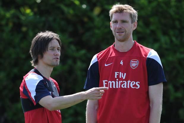 Arsenal giữ chân thành công 2 ngôi sao