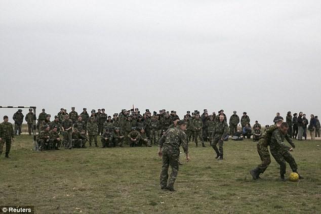 Binh sĩ Ukraine chơi đá bóng sau cuộc nổ súng nghẹt thở