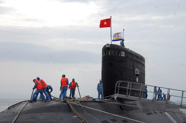 Thủy thủ tàu ngầm 182 kiểm tra neo tàu sau chuyến đi thử trên biển trở về. Ảnh Trọng Thiết
