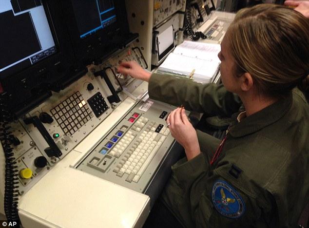 Đại úy Lauren Choate đang làm việc tại bảng điều khiển của một thiết bị mô phỏng phóng tên lửa được sử dụng để huấn luyện tại căn cứ không quân F.E. Warren