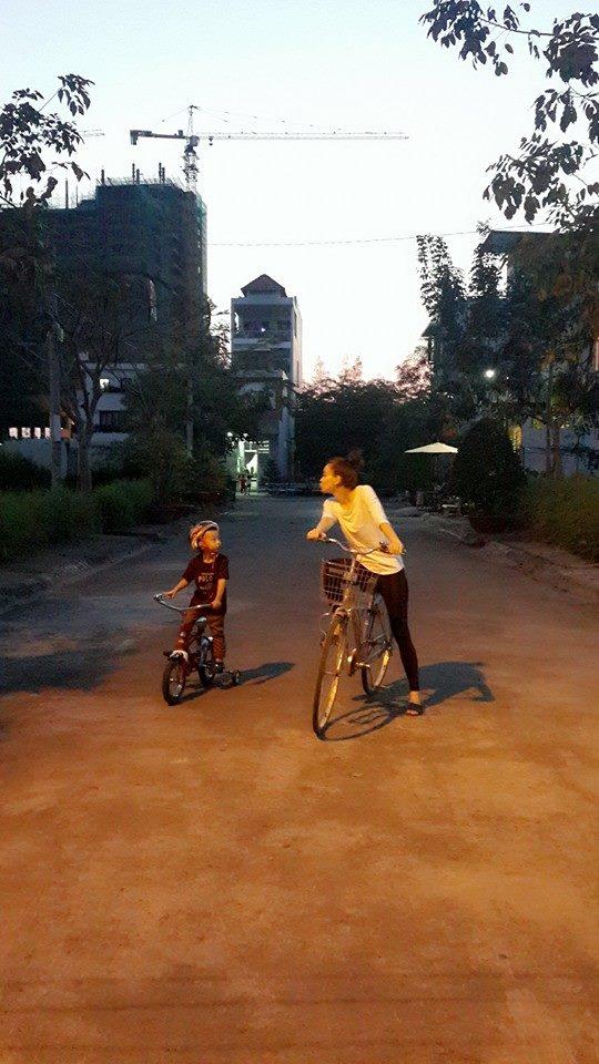 Tết hay không Tết thì vẫn phỉa đạp xe với con trai mỗi buổi chiều muộn. Điều mà mình luôn mong ước là người thân luôn hạnh phúc đúng không nè.., Hồ Ngọc Hà cùng Subeo vẫn đạp xe cùng nhau vào những ngày Tết.