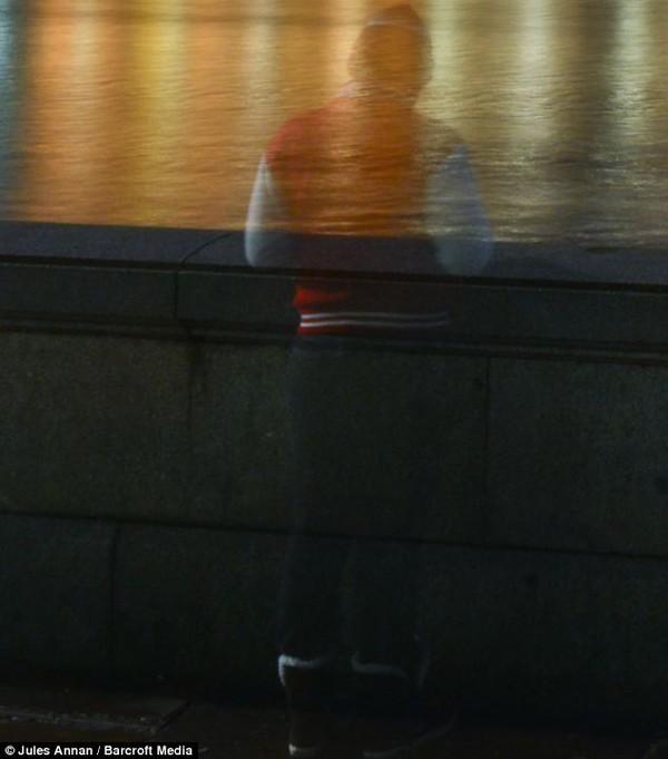 Hình ảnh hồn ma sành điệu đứng trên cầu gây sốc 2