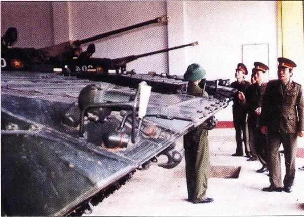 BMP-2 còn được trang bị tên lửa chống tăng Spigot (Tầm bắn 2.000m) hay AT-5 Spandrel (Tầm bắn 4.000m) đặt phía bên phải tháp pháo