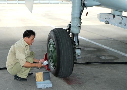 Và từng chiếc lốp máy bay