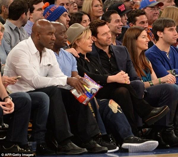 Beckham diện quần áo bảnh bao đi xem bóng rổ 5