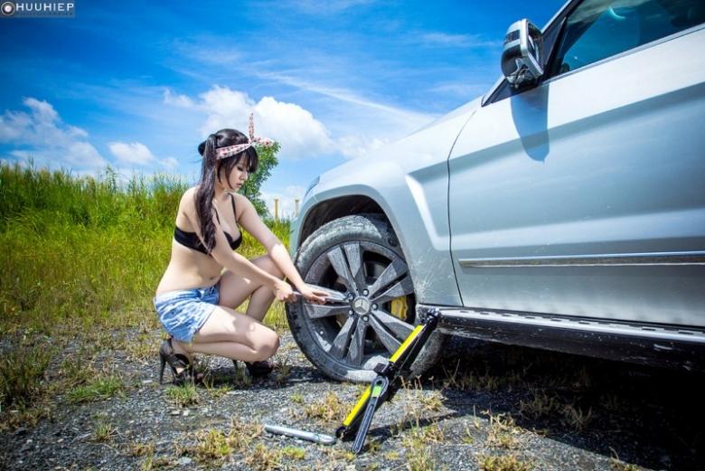 Vẻ nóng bỏng của Hani Nguyễn có lúc tương phản với chiếc xe bẹp lốp và bám bụi đường...