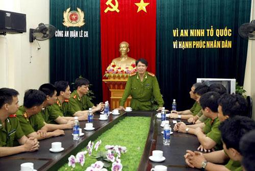 Ông Dương Tự Trọng trao đổi nghiệp vụ với lãnh đạo Công an quận Lê Chân năm 2012 (Ảnh: Thanh Niên)