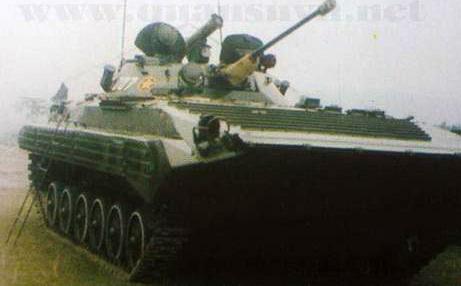 Trong khi BMP-1 có 2 súng máy đồng trục PKT 7,62mm ở hai bên thì BMP-2 chỉ còn 1 khẩu ở bên phải