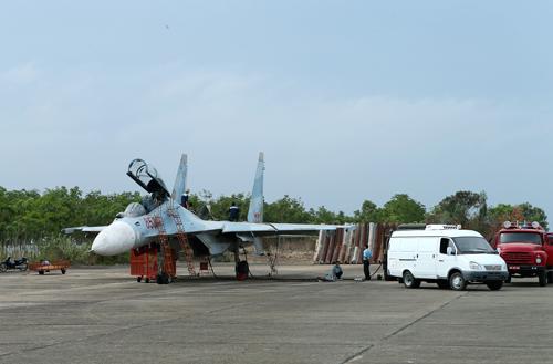 Nhân viên kỹ thuật mặt đất kiểm tra máy bay và chuẩn bị tiếp dầu