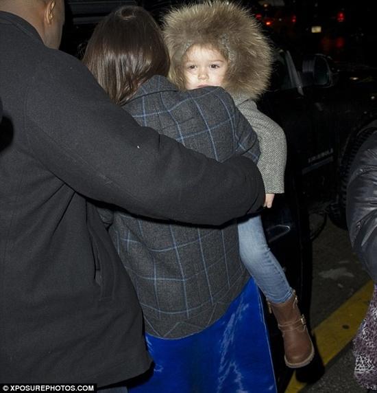 Victoria cùng bé Harper vừa đáp chuyến bay tới sân bay JFK để kịp tham dự Tuần lễ thời trang New York diễn ra vào thứ năm tới.