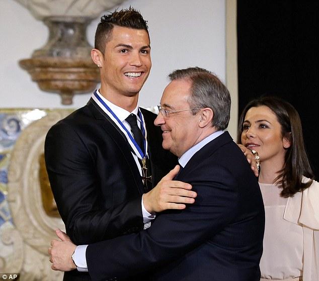 Chủ tịch Real, Perez, theo chân CR7 về BĐN nhận danh hiệu