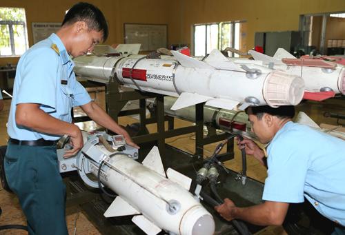 Ngoài nhiệm vụ huấn luyện khi đảm nhiệm nhiệm vụ trinh sát tuần tiễu bảo vệ vùng trời vùng biển Su-30MK2 thường mang theo vũ khí