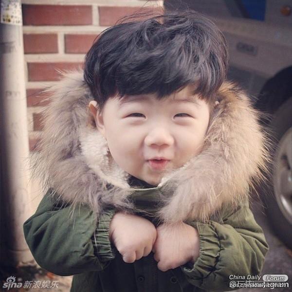 Khuôn mặt siêu đáng yêu của cậu bé.