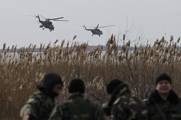 Máy bay trực thăng quân sự MI-35 của quân đội Nga bay tuần qua gần một điểm chốt của quân đội Ukraine tại ngôi làng Strelkovo ở Kherson, giáp danh với Crimea.