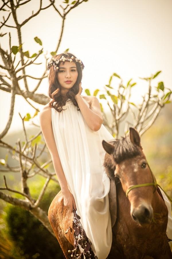 Trong trang phục màu trắng của NTK Lê Thanh Hòa Ngọc Diễm xinh đẹp, tinh khôi như 1 cô công chúa lạc trong rừng cùng chú ngựa là bạn đồng hành.