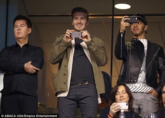 Trước đó một ngày, David Beckham ăn mặc giản dị đi xem bóng bầu dục tại Mỹ. Đi cùng Beckham còn có tay đua F1 nổi tiếng - Lewis Hamilton.