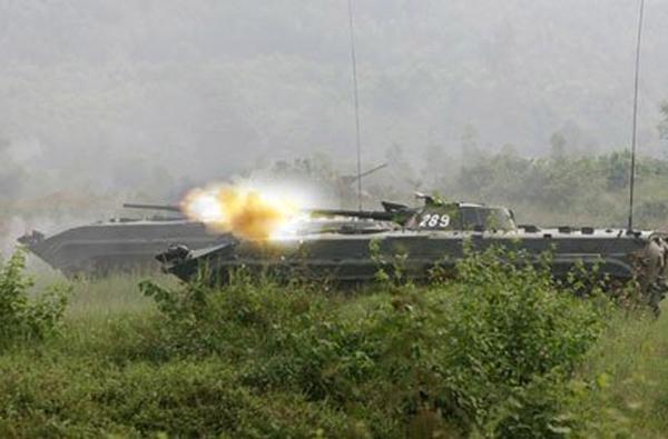 BMP-2 có trọng lượng 14,3 tấn; dài 6,72m; rộng 3,15m; cao 2,45m với kíp lái 3 người (chở thêm được 7 lính bộ binh cùng vũ khí). (Trong ảnh: xe chiến đấu bộ binh BMP-1)