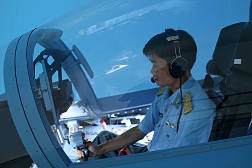 Trước khi bay phi công thực hiện bay tập trong ca-bin buồng tập lái tại trung đoàn