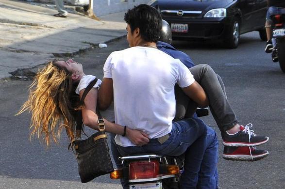 Một phụ nữ được đi đưa đi cấp cứu sau khi bị bắn vào đầu trong khi tham gia biểu tình chống chính phủ ở Valencia, Venezuela.