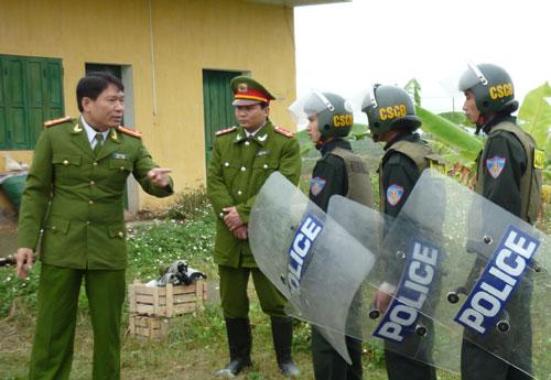Ông Dương Tự Trọng (bìa trái) chỉ huy đội CSCĐ trong vụ cưỡng chế ở Tiên Lãng tháng 1/2012 (Ảnh: Tiền phong)