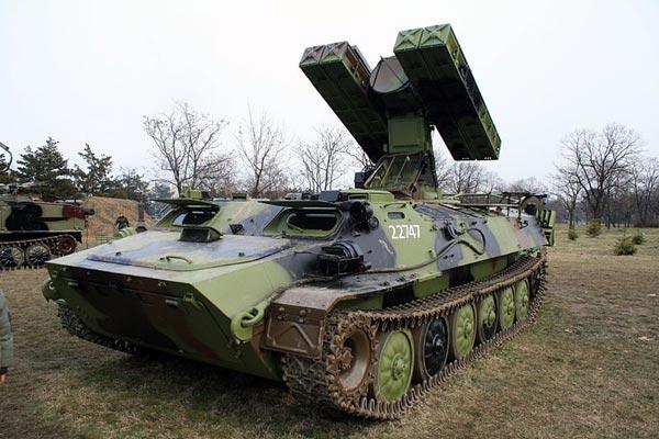 Tổ hợp tên lửa phòng không tự hành 9K35 Strela-10 của Việt Nam là quá mỏng để hóa giải mối đe dọa từ tên lửa hành trình.