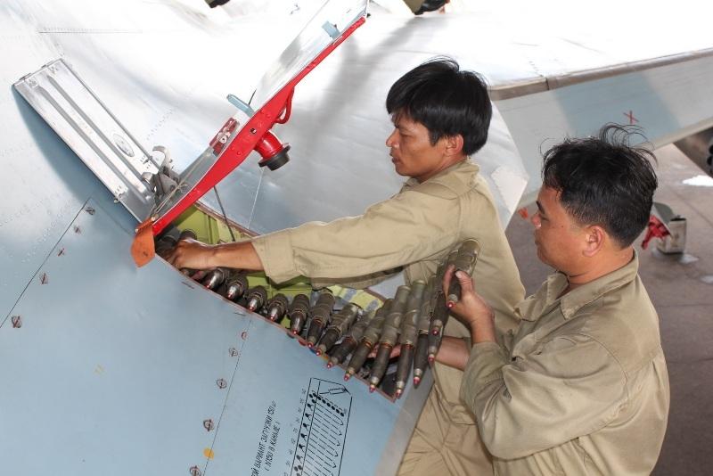 Su 30MK2 là loại máy bay tiêm kích đa năng, tấn công các mục tiêu trên không, trên đất liền và trên biển, do vậy có thể treo lắp nhiều loại vũ khi khác nhau. Nhân viên phân đội vũ khí đang treo bom, gắn rocket, lắp đạn pháo cho máy bay