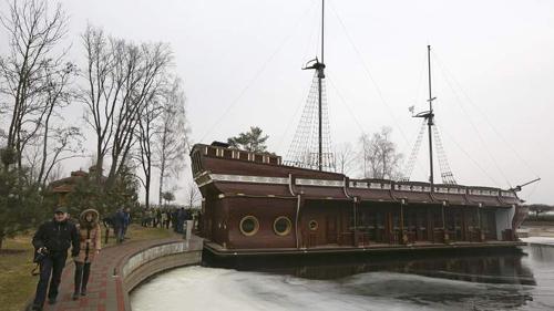 Mô hình một chiếc tàu trong khuôn viên dinh thự (Ảnh:Reuters)