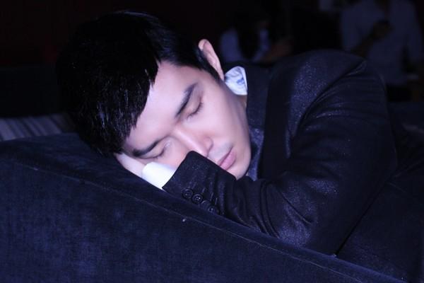 Sức khỏe không tốt nên nam ca sĩ đã ngủ gục trên sàn tập.