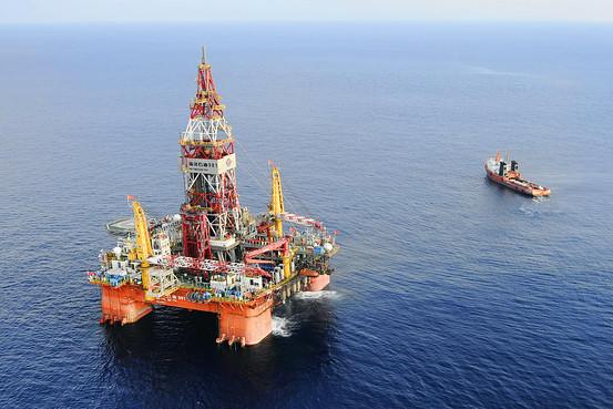 Giàn khoan HD-981 được Trung Quốc đưa vào xâm phạm vào vùng biển thuộc khu vực đặc quyền kinh tế của Việt Nam ngày 2 tháng 5 năm 2014