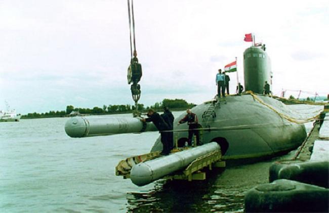 Việc tra nạp tên lửa Club-S vào tàu ngầm Kilo được thực hiện từ 2 ống phóng ngư lôi phía trên của tàu, tên lửa được đặt vào gá và đưa vào bên trong tàu. Trong ảnh là tàu ngầm Kilo của Algeria chuẩn bị nạp tên lửa, con tàu phía trước là tàu hộ tống Gepard của Hải quân Nhân dân Việt Nam khi còn ở Nga.
